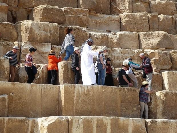 835. Saliendo de la pirámide de Keops
