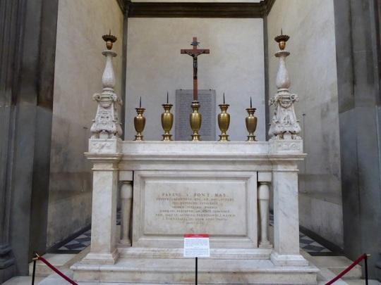 876. Capillas Medíceas. Sacristía Nueva. Altar. Los dos grandes candelabros siguen diseño de Miguel Ángel y el crucifijo es de Giambologna