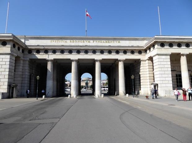 075. Hofburg. Heldenplatz