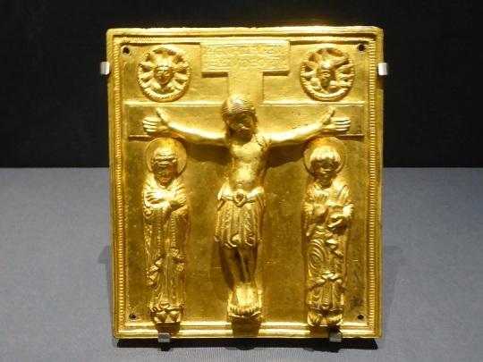 121. Museo de Bellas Artes. Crucifijo. Bronce dorado. Salzburgo. 2º tercio del XII