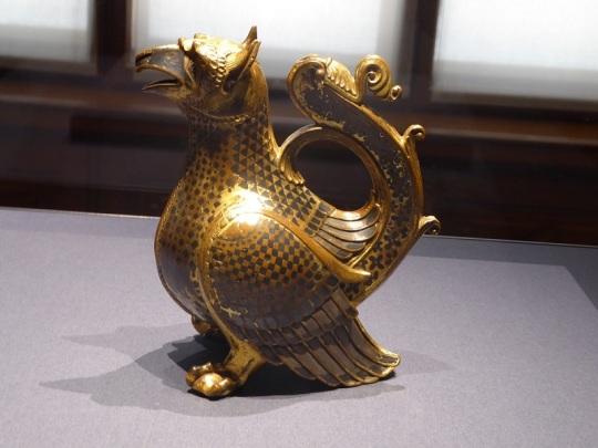127. Museo de Bellas Artes. jarra en forma de grifo. Helmarshausen. Bronce dorado, plata damasquinada, 1120-1130.