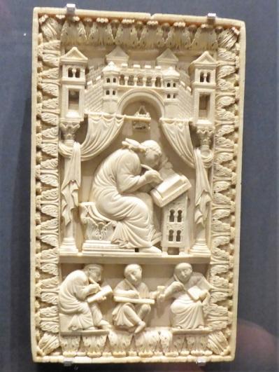128. Museo de Bellas Artes. El Papa Gregorio el Grande escribiendo. Marfil. Finales del X.