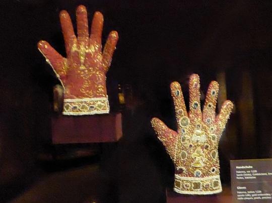 275. Schatzkammer. Guantes del emperador Federico II. Palermo. 1220