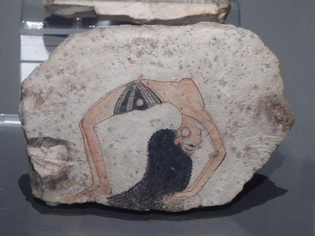 112. Museo Egipcio. Ostrakon representando una bailarina. Imperio Nuevo. XIX-XX dinastía. 1291-1076 a. C. Deir el-Medina