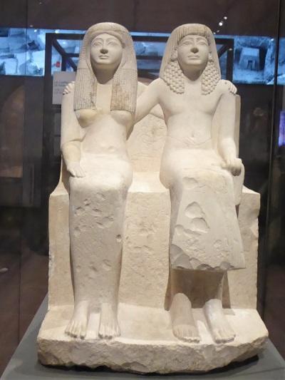121. Museo Egipcio. Estatua de Pendua y Nefertari. Abrazo no usual. Imperio Nuevo. XIX dinastía. 1292-1186 a. C. Deir el-Medina