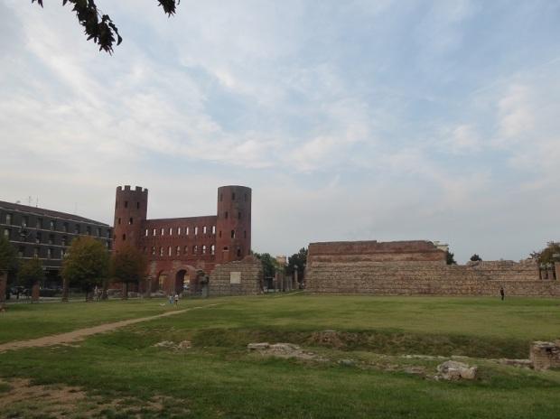 24. Porta Palatina y ruinas romanas