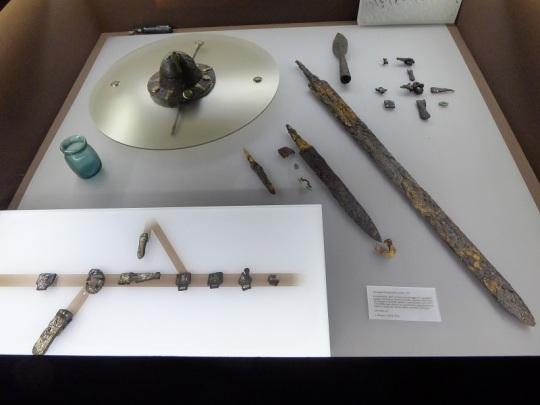 351. Palacio Real. Museo Arqueológico. Objetos de una tumba lombarda. 640-660