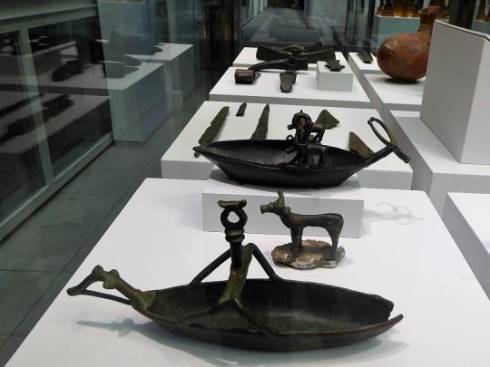 355. Palacio Real. Museo Arqueológico. Navetas y toro votivos. Cultura nurágica (Cerdeña)