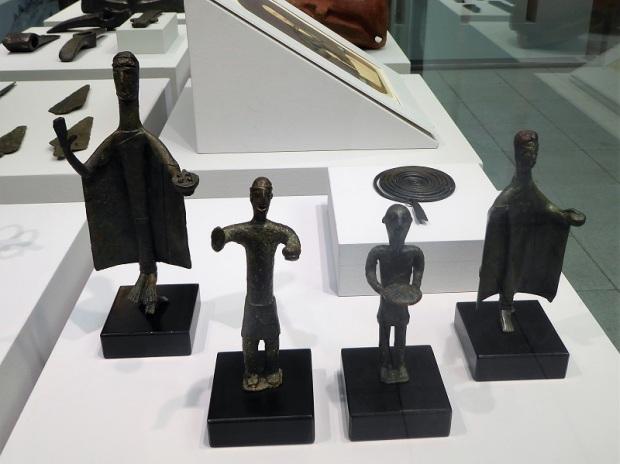 356. Palacio Real. Museo Arqueológico. Figuras de ofertantes. Cultura nurágica (Cerdeña)
