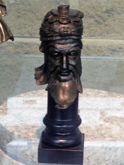 364. Palacio Real. Museo Arqueológico. Máscara de sacerdote en bronce. Primera mitad del II