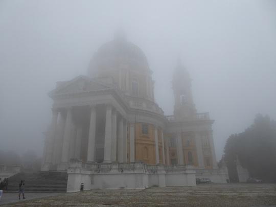 402. Basílica de Superga envuelta en la niebla