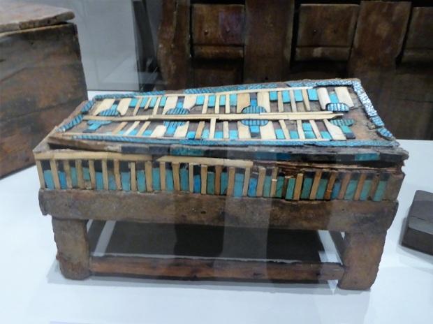 62. Museo Egipcio. Ataúd de madera con incrustaciones de motivos vegetales en hueso y cerámica. Imperio Antiguo. V dinastía. 2543-2435 a. C.