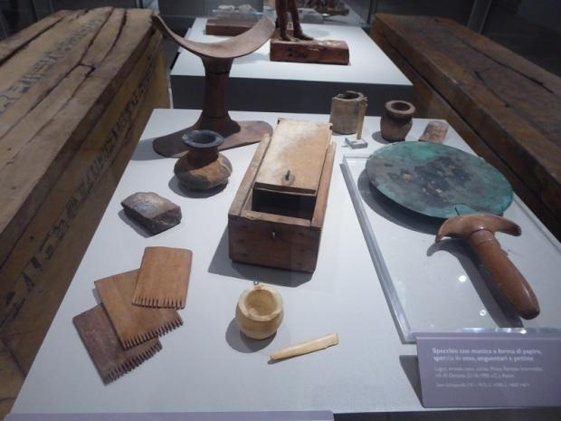 87. Espejo, cajita, peines, ... Primer período intermedio. VII-XI dinastía. 2118-1980 a. C.