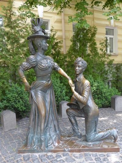 352. Monumento a los protagonistas de la película Cazando dos liebres.